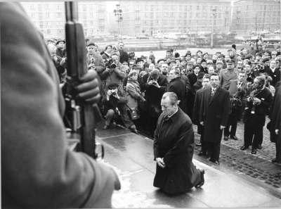 le Chancelier allemand Willy Brandt devant le mémorial du Ghetto de Varsovie en 1970